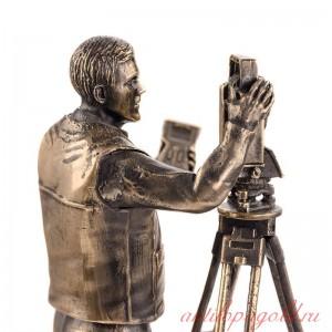 Статуэтка Геодезист на подставке