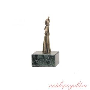 Статуэтка Горянка с кувшином на камне