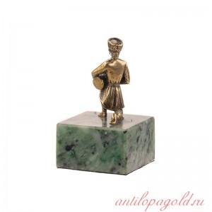Статуэтка Горец с барабаном на камне