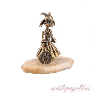 Статуэтка Коза с монетой на подставке