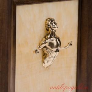 Картина-панно из камня оникс Проходящий сквозь стену