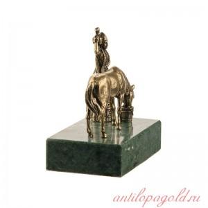 Композиция Горянка с кувшином и лошадь на подставке