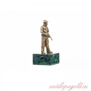 Статуэтка Охотник с ружьем на камне