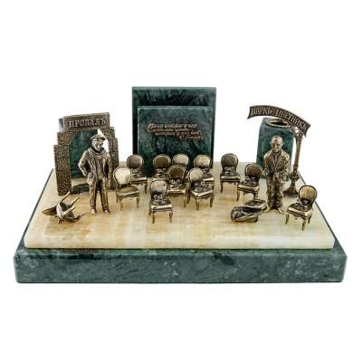 Настольный набор 12 стульев. Остап с Кисой среди распоротых стульев
