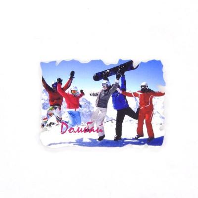 Пластиковый магнит Домбай. Весёлые сноубордисты