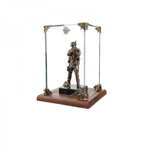 Статуэтка Спецназовец на камне в стеклянной коробке